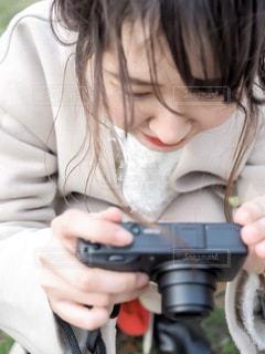 カメラをのぞいてる女の子の写真・画像素材[3379534]