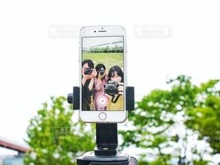 iPhoneに映る自撮りの写真・画像素材[3379786]