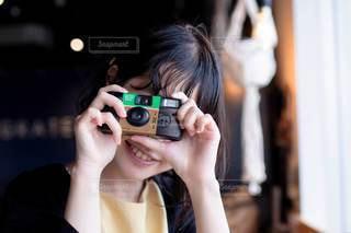 写ルンですを使う女の子の写真・画像素材[3380121]