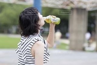 ペットボトルのお茶を飲むの写真・画像素材[3412442]