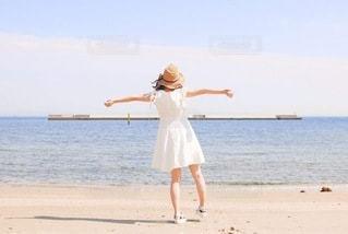 海と白ワンピースの写真・画像素材[3422603]