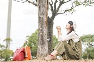 公園に座っている人の写真・画像素材[3695991]