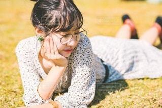 寝転がる女の子の写真・画像素材[3787055]