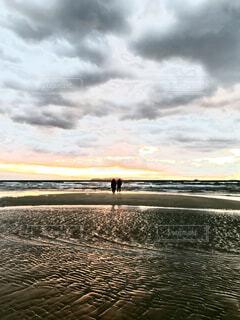 恋人,2人,自然,風景,海,空,カップル,屋外,朝日,ビーチ,雲,波,水面,海岸,シルエット,正月,お正月,日の出,香川,新年,初日の出,くもり,日中,父母ヶ浜