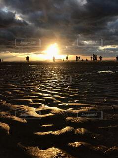 自然,海,空,屋外,太陽,朝日,砂,ビーチ,雲,夕暮れ,水面,海岸,シルエット,大地,人,浜辺,元気,正月,幸せ,お正月,日の出,大人数,香川,新年,初日の出,スポット,日中,エネルギー,数人,父母ヶ浜