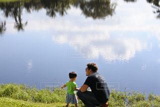 水の体の横に立っている人 - No.968136