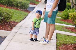 歩道上に立って小さな男の子 - No.1053121