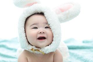 近くに赤ちゃんのアップの写真・画像素材[1170481]