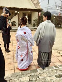 建物の前に立っている人々 のグループの写真・画像素材[1233278]
