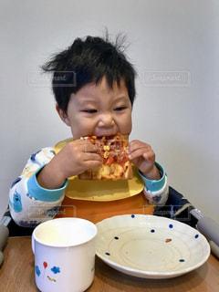 朝食,男の子,寝癖,ピザ,がっつく