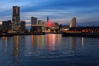 バック グラウンドで市と水の大きな体の写真・画像素材[950904]