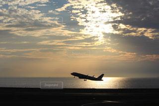 水の体の上に飛んでいる飛行機 - No.970276