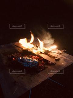 焚き火で焼き芋の写真・画像素材[1812444]