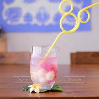 木製テーブルの上に座っている花瓶の写真・画像素材[1443053]