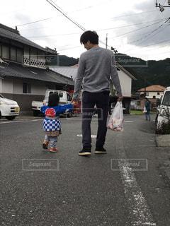 駐車場に立っている少年の写真・画像素材[1606259]