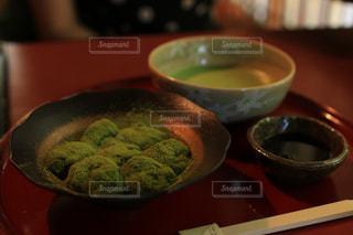 近くのテーブルの上に食べ物のボウルの写真・画像素材[808171]