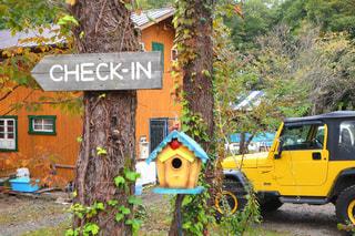黄色のトラックは車の前に駐車してください。の写真・画像素材[879230]