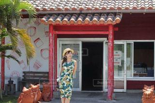 建物の前に立っている女性 - No.913848