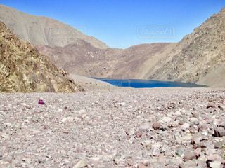 高山に囲まれた秘境の湖を求めての写真・画像素材[1103165]