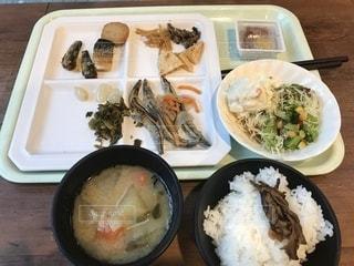 テーブルの上に食べ物のプレートの写真・画像素材[1646250]