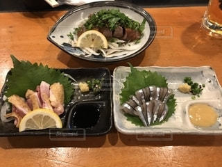 テーブルの上に食べ物のプレートの写真・画像素材[1646251]
