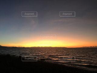 風景,海,空,屋外,太陽,雲,夕暮れ,水面,海岸,光,地平線,日の出,くもり,クラウド