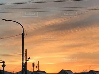 空,屋外,太陽,雲,夕暮れ,光,電線,電気,鉄道,明るい,通り,交通,日中,テキスト,クラウド