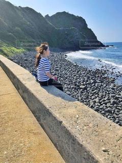 堤防の上に座る人の写真・画像素材[1257530]