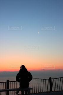 空,夕日,夕焼け,背中,ひこうき雲