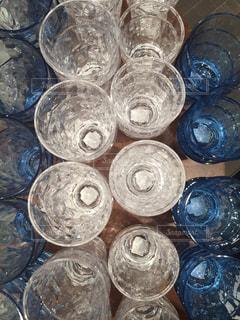 テーブルの上のガラスのグループの写真・画像素材[1006333]