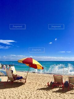 ビーチに座って傘 - No.1023230