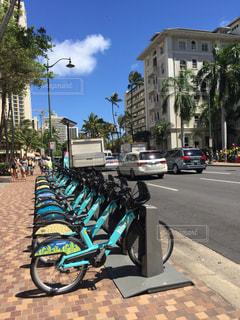自転車が道の脇に駐車 - No.1023238