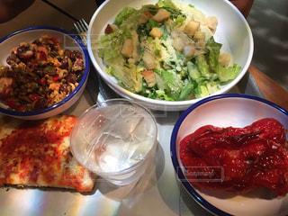 テーブルの上に食べ物のボウルの写真・画像素材[1182986]