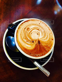 テーブルの上のコーヒー カップ - No.1205437