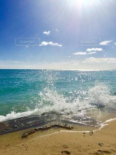 海の横にある砂浜のビーチ - No.1230615