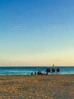 水の体の近くのビーチに人々 のカップル - No.1240353