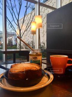 テーブルの上のコーヒー カップ - No.1242672
