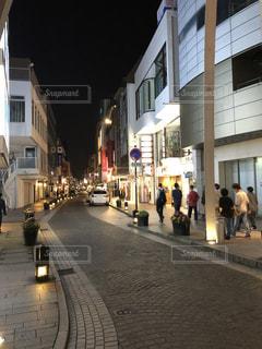 街の通りを歩いている人のグループ - No.1251371