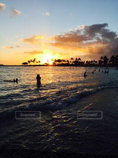 水の体に沈む夕日の写真・画像素材[1271411]