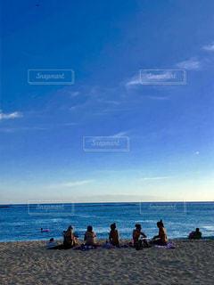 水の体の近くのビーチの人々 のグループの写真・画像素材[1370870]