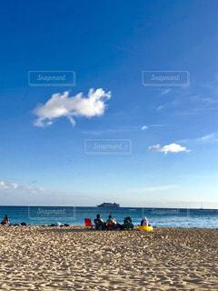 ビーチに座っている人々 のグループの写真・画像素材[1371045]