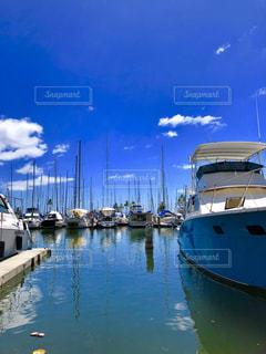 水の体の横にボートをドッキングします。の写真・画像素材[1386726]