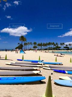 砂浜の上に座っての芝生の椅子のグループの写真・画像素材[1386727]
