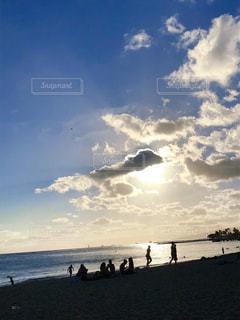 水の体の近くのビーチの人々 のグループの写真・画像素材[1386981]
