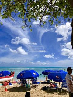 ビーチに座っている人々 のグループの写真・画像素材[1386986]