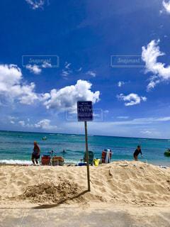 砂浜の上に立つ人々 のグループの写真・画像素材[1389298]
