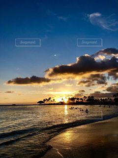 水の体に沈む夕日の写真・画像素材[1428470]