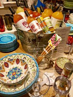 テーブルな皿の上に食べ物のプレートをトッピングの写真・画像素材[1550908]