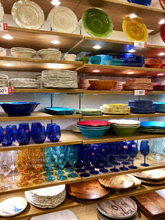 台所のテーブルの上に食べ物の種類がたくさんでいっぱいの写真・画像素材[1550968]