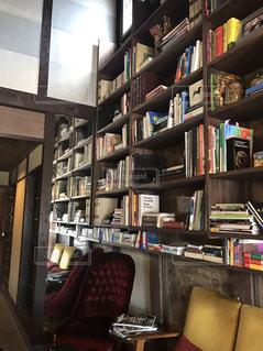 リビング ルームの家具と本の棚でいっぱいの写真・画像素材[1557976]